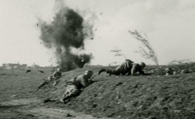 Немецкие десантники под огнём голландцев. 10 мая 1944 г.