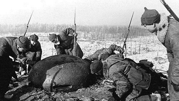 Красноармейцы заняли огневую финскую точку. Ноябрь 1939 г.