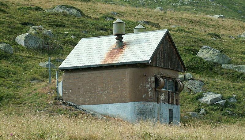 Электрогенераторная станция, замаскированная под хижину.