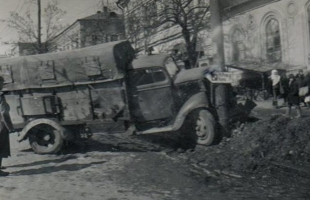 На улицах города. Апрель 1942 г.