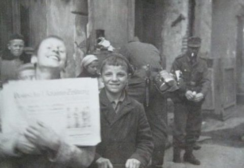 Продавцы газет. Весна 1942 г.
