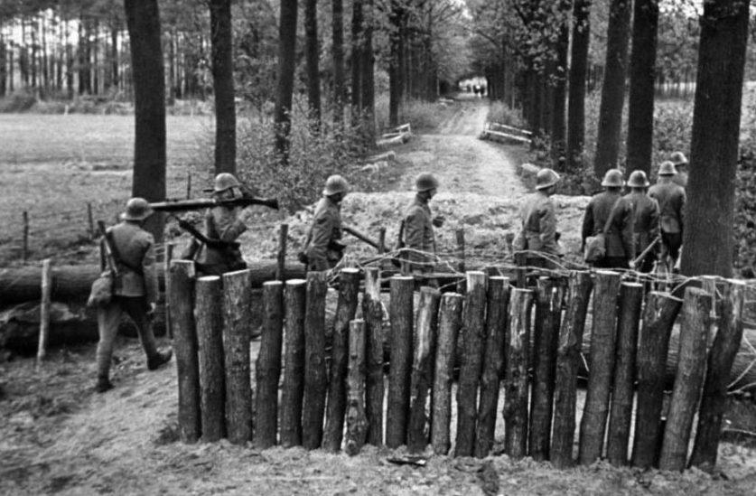 Перекрытие дороги голландскими солдатами.