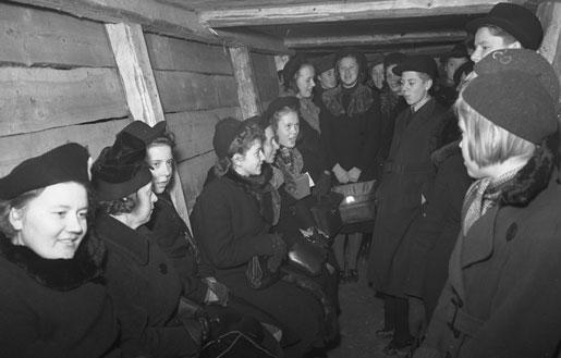 Жители Хельсинки в бомбоубежище. Декабрь 1939 г.