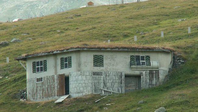Артиллерийские ДОТы, замаскированные под альпийские дома. Окна и двери нарисованы на бетоне.