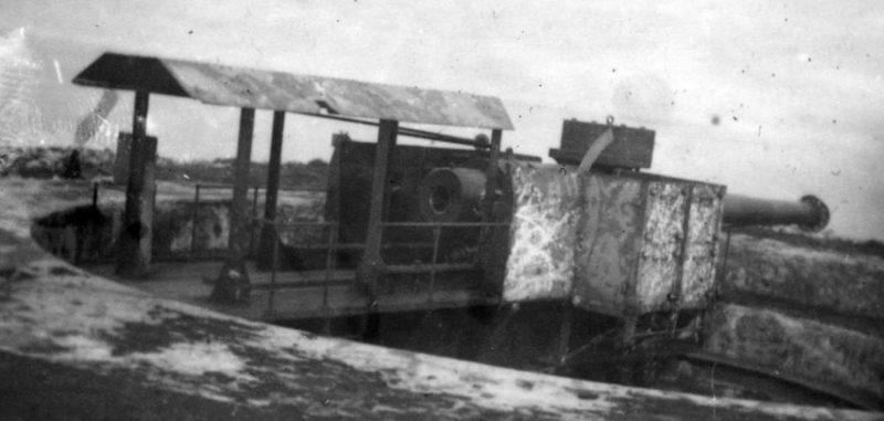 240-мм орудие на позиции в камуфляже и без.