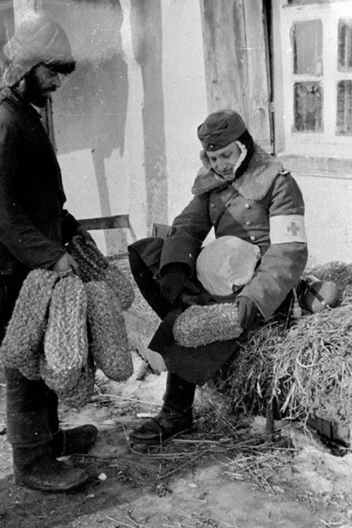 В России без лаптей никуда. 1942 г.