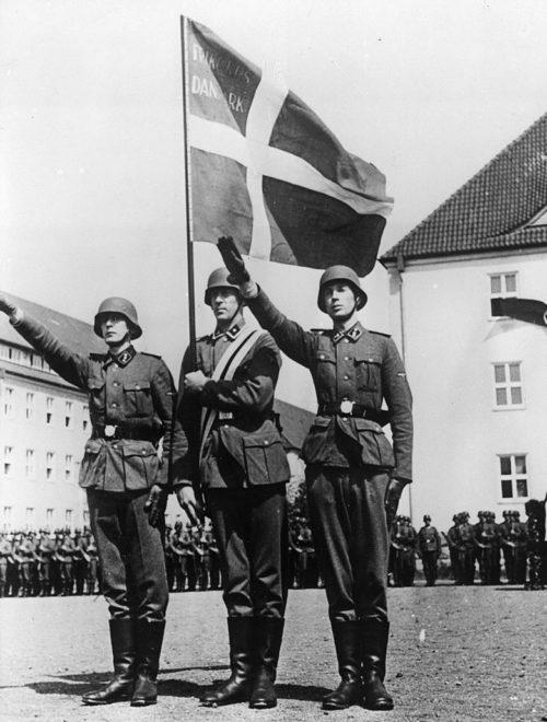 Датские члены Свободного корпуса дают клятву. 1941 г.