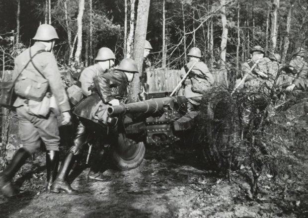 Солдаты выдвигаются на позицию.