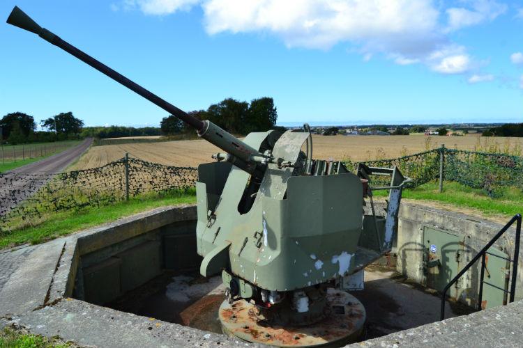 40-мм зенитное орудие батареи.