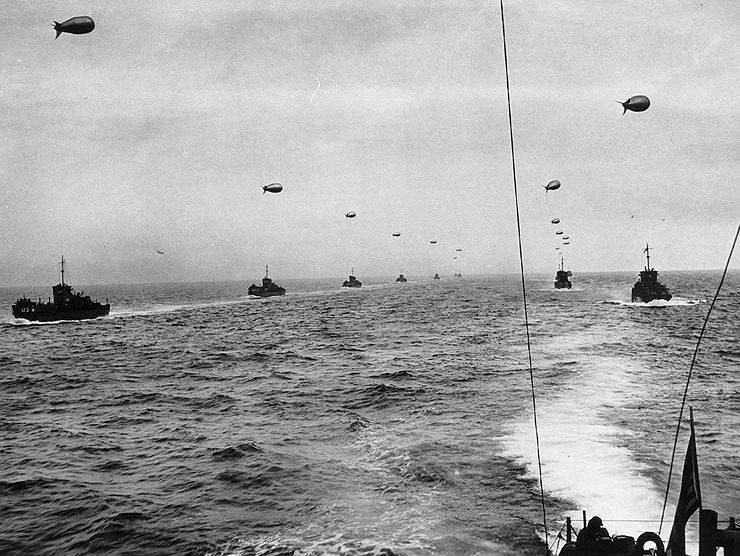 Переход малых десантных кораблей типа LCI(L) через Ла-Манш в направлении Нормандии. К каждому кораблю привязан аэростат ПВО. Утро 6 июня 1944 г.