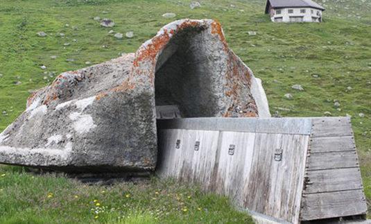 Башенные орудия, замаскированные под скалы.