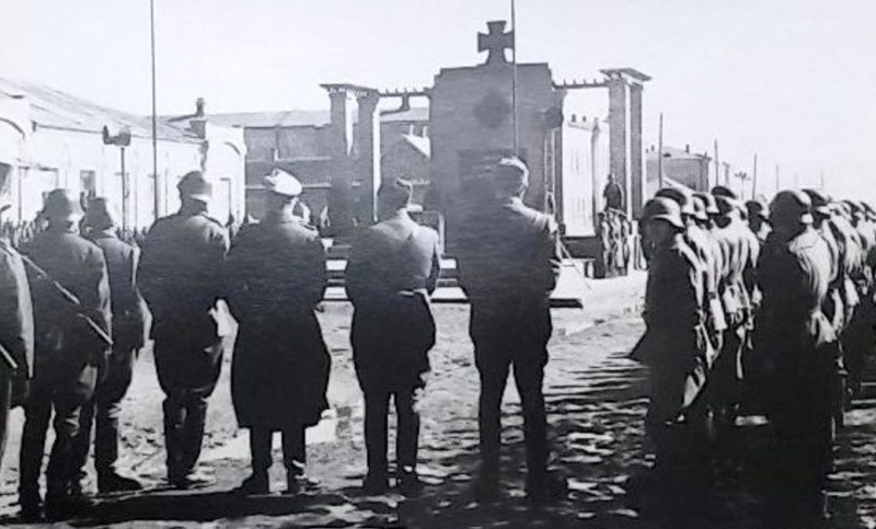 Памятник, открытый немцами на улице Бульварной. Лето 1942 г.