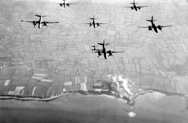 Бомбардировка авиацией артиллерийских береговых батарей на Пуэнт-дю-Ок. Утро 6 июня 1944 г.