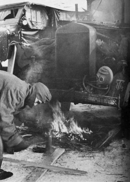Разогрев двигателя во время русских морозов. Подмосковье. 1941 г.