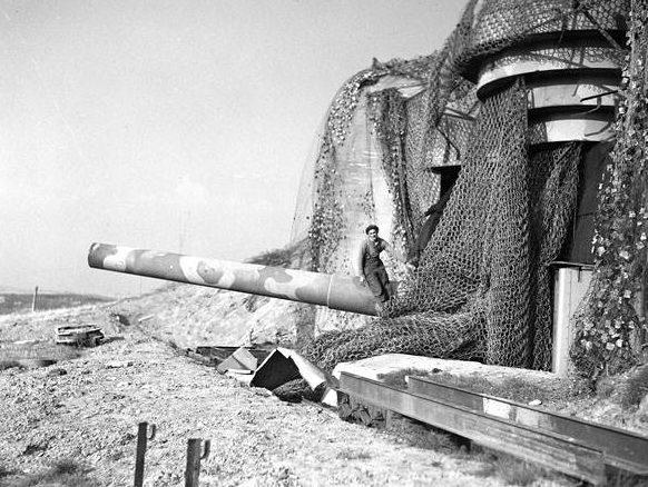 Союзники у 305-мм орудий захваченной батареи.