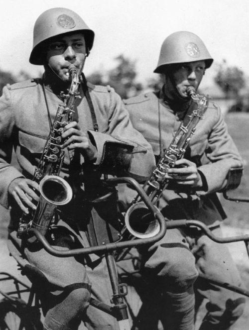 Велосаксофонисты Королевской армии. Нидерланды. 1939 г.