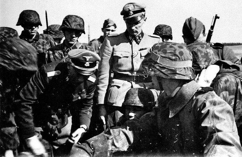 Командир корпуса «Дания» Кристиан Фредерик фон Шальбург со своими подчинёнными. 1941 г.