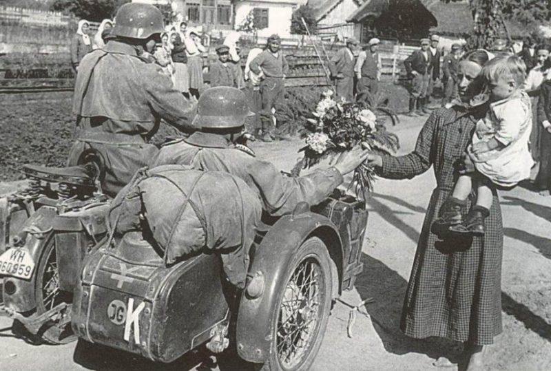 Местное население встречает немцев. 7 августа 1941 г.