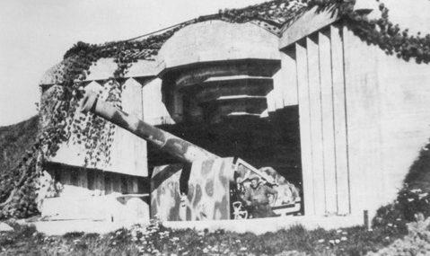 Каземат типа 686 с 194-мм орудием в годы войны и сегодня.