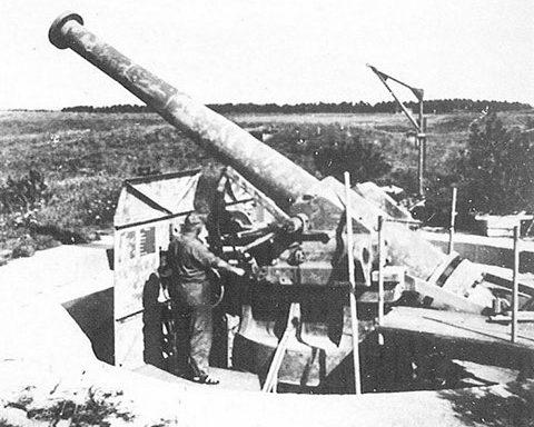 Одно из трех французских 194-мм орудий на открытой позиции.