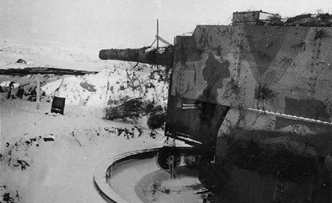 Башни с 280-мм орудиями.