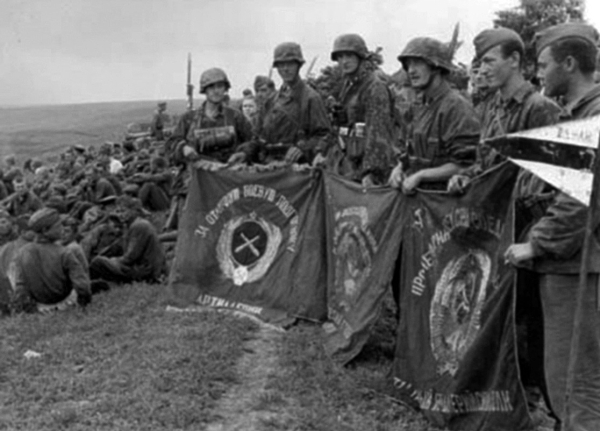 Захваченные знамена советских частей. Август. 1941 г.