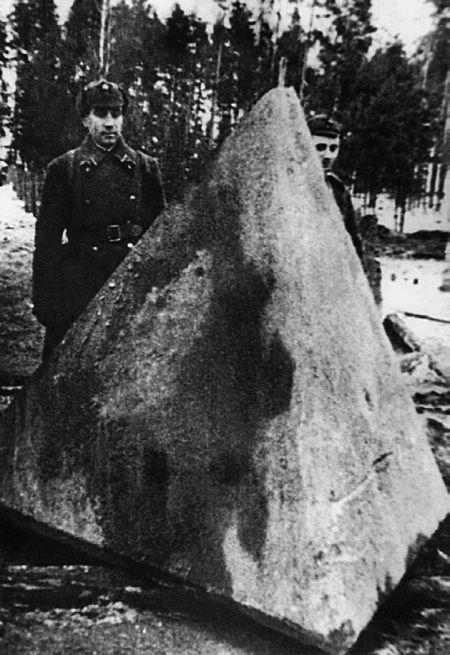Красноармейцы у железобетонного надолба «линии Маннергейма». Декабрь 1939 г.