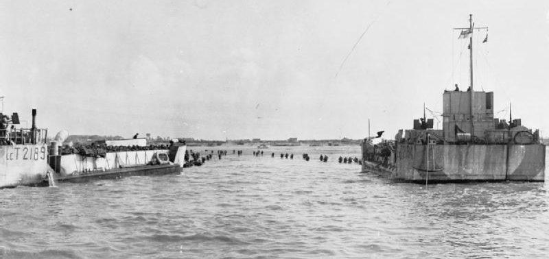 Высадка десанта с десантных кораблей. Утро 6 июня 1944 г.