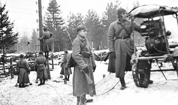 Бойцы – связисты восстанавливают телеграфную линию, разрушенную финнами в Териоки. Декабрь 1939 г.