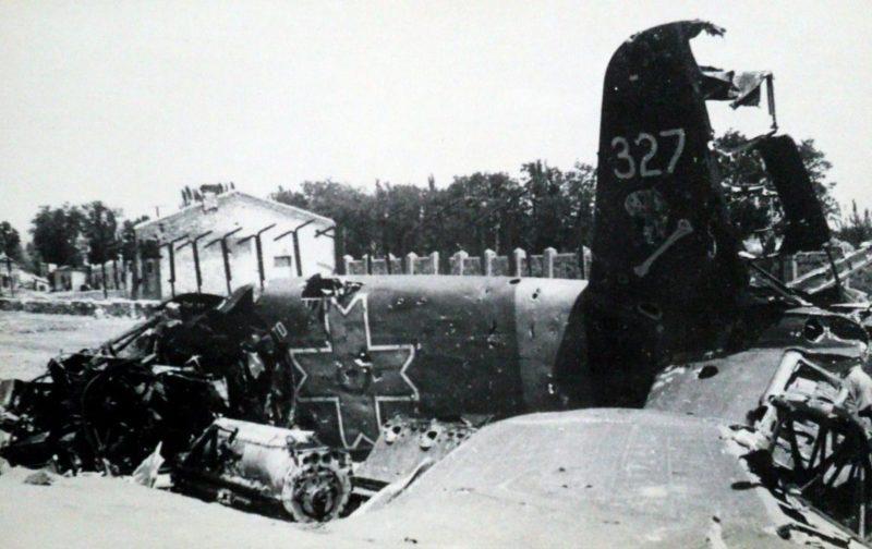 Уничтоженный румынский самолет на улице Мелитополя. Лето 1943 года.