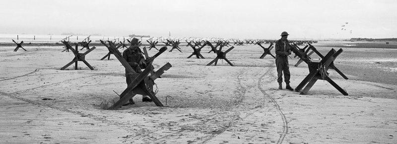 Солдаты 2-й британской готовят к сносу два препятствия на пляже Ла Ривьере. Утро 6 июня 1944 г.