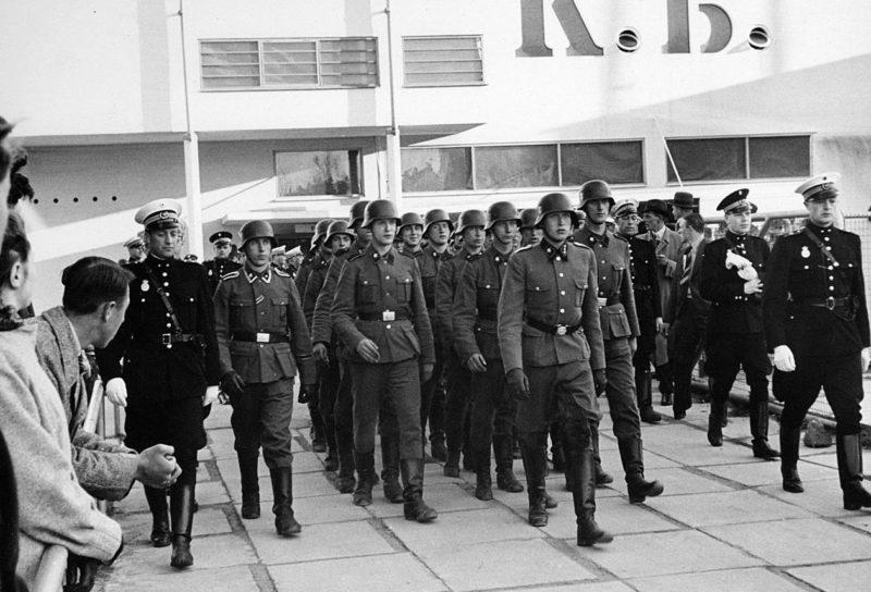Солдаты из Свободного корпуса Дании в Копенгагене. Апрель 1942 г.