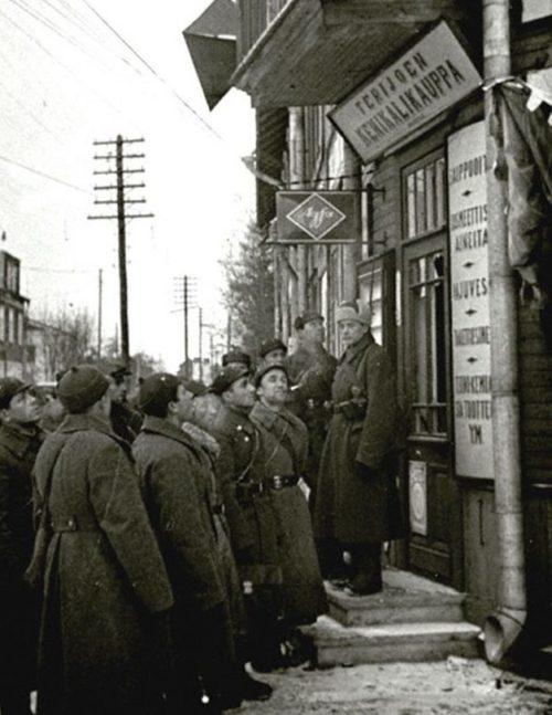 Красноармейцы слушает радиопередачу у радиорупора на одной из улиц Териоки. Декабрь 1939 г.