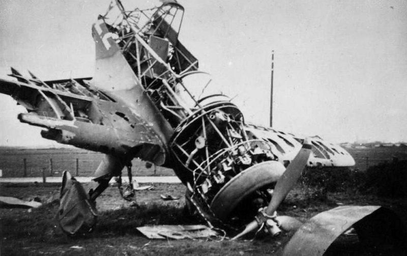 Сбитый немецкий самолет. 10 мая 1940 г.