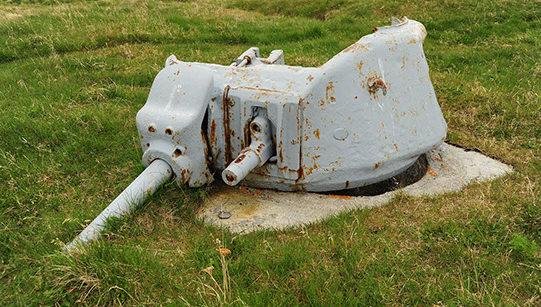 Остатки орудия с огнеметом в танковой башне.