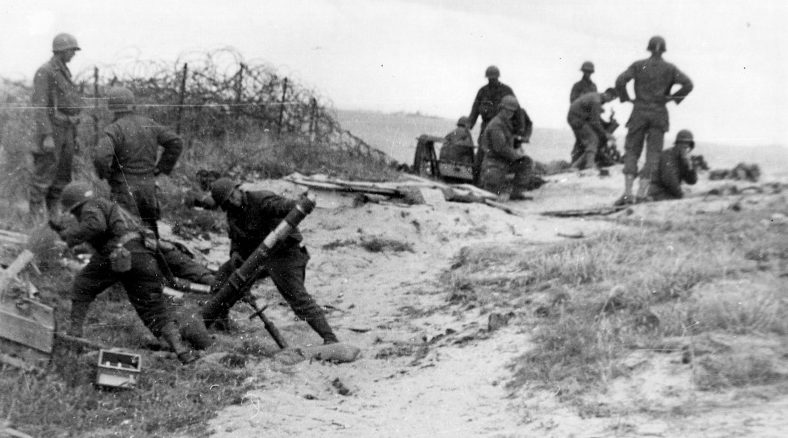 Артиллеристы ведут огонь из минометов на плацдарме «Омаха». Утро 6 июня 1944 г.