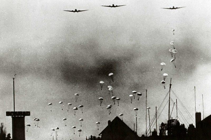 Немецкие десантники над окрестностями Безуйденхаута в Гааге. 10 мая 1940 г.