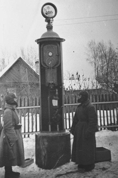 Бойцы Красной Армии охраняют бензиновую колонку в местечке Райвола. Декабрь 1939 г.