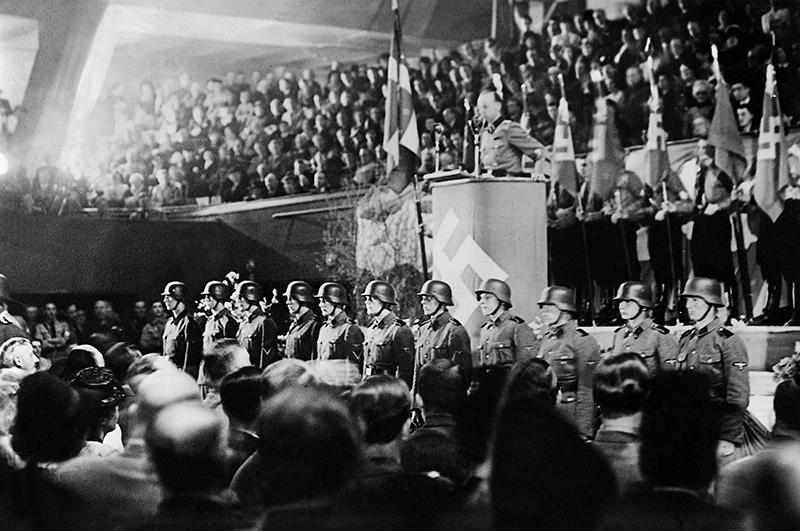 Христиан Фредерик фон Шальбург во время выступления перед датчанами. 1942 г.