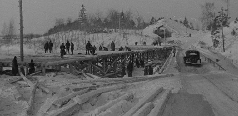 Саперы за ремонтом моста в районе Бобошино. Декабрь 1939 г.