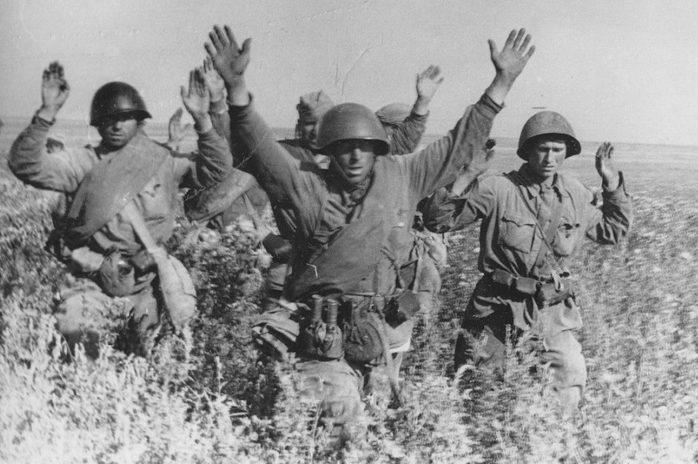 Красноармейцы сдаются в плен. Август 1941 г.