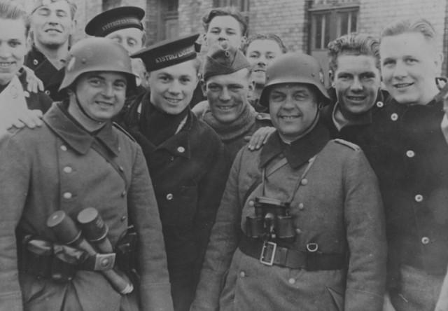 Датские матросы и немецкие солдаты на улицах Копенгагена. 1942 г.