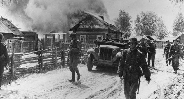 Солдаты корпуса СС «Данмарк» проходят через деревню Дубовицы Новгородской обрасти. 1942 г.