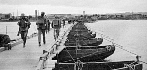 Немцы на наплавном мосту через Днепр. 1942 г.