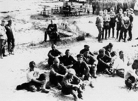 Арестованные красноармейцы, переодетые в гражданскую одежду. Август 1941 г.