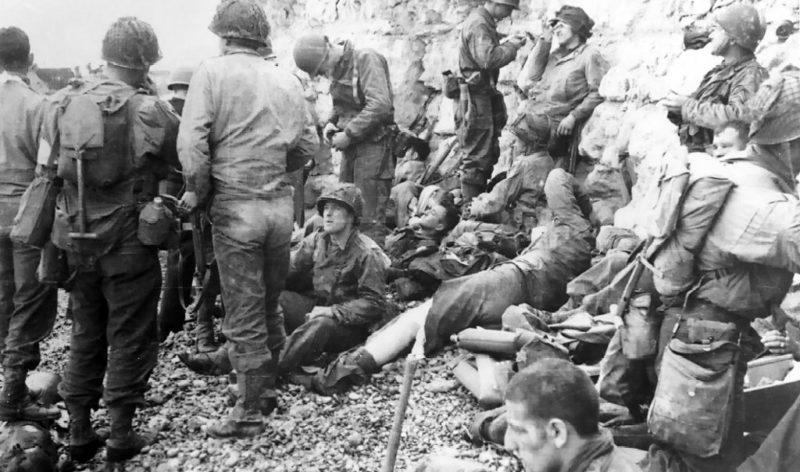 Американцы у скал после высадки. 6 июня 1944 г.