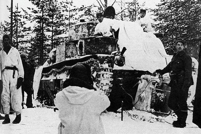 Финские танкисты готовят к эвакуации, подбитый в районе Хоттинен Т-28. Декабрь 1939 г.