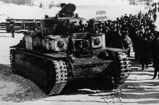 Отремонтированный финнами Т-28 направляется в тыл. Декабрь. 1939 г.