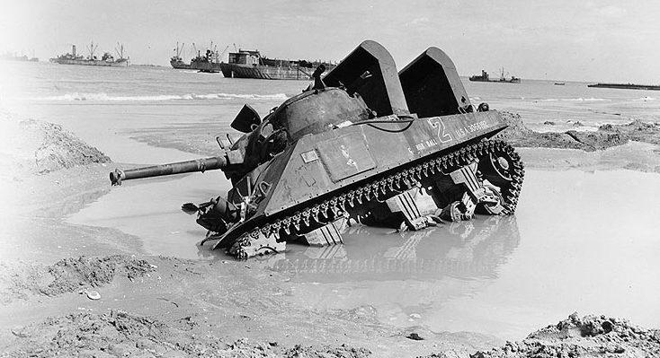 Танк «Шерман» застрял на пляже. Нормандия. 6 июня 1944 г.