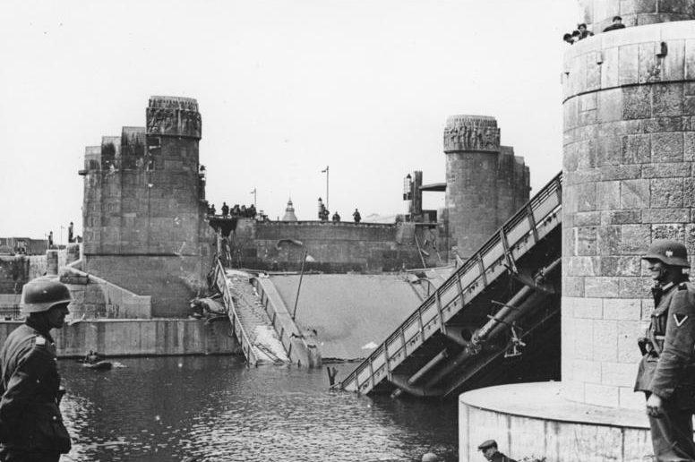 Разрушенные мосты через Маас в Маастрихте. 11 мая 1940 г.